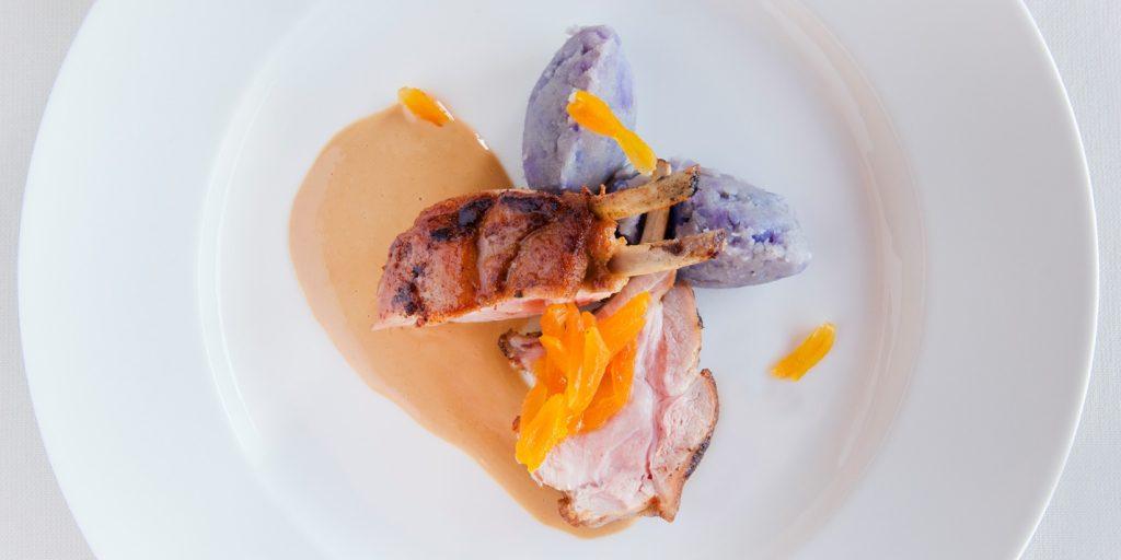 Carrè di maialino con salsa al latte e albicocche secche e tortino di patate viola